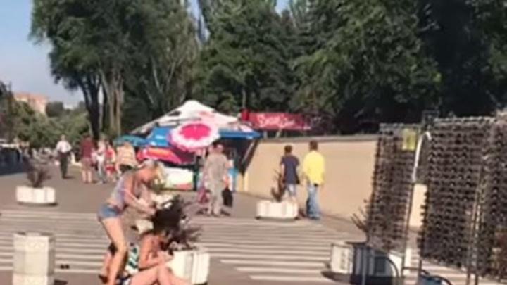 В Ростове возле ТЦ «Западный» подрались две девушки