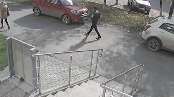 Мужчина, надругавшийся над челябинкой в подъезде на северо-западе, попал на видео