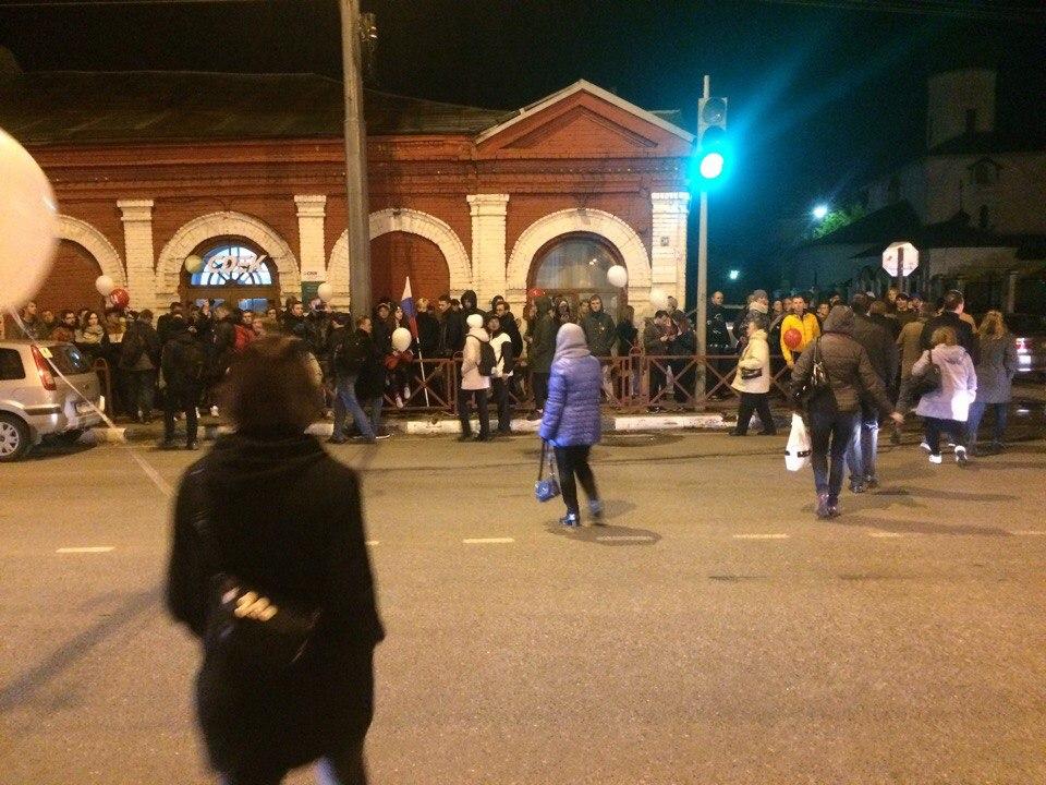 Двух парней задержали, а остальные пикетчики пришли толпой к отделению с требованием отпустить ребят