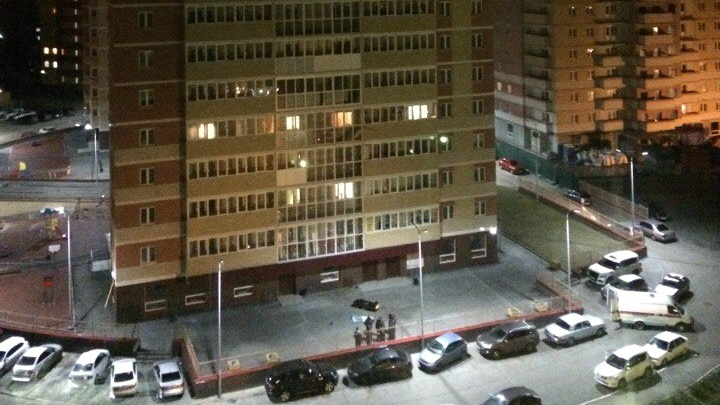 У дома всё залито кровью: тюменка разбилась, выпав из окна 16-го этажа
