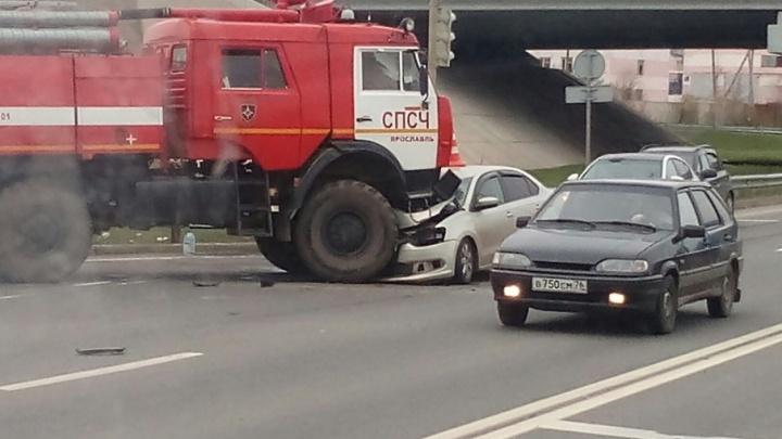 Машина пожарных подмяла под себя легковушку в Ярославле: фото