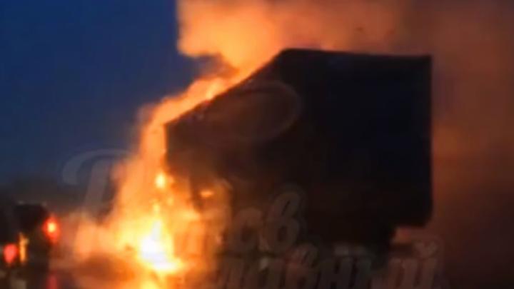 В Аксайском районе столкнулись два грузовика, один из них сгорел