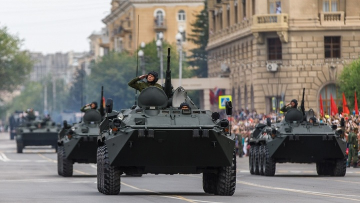 По площади Павших Борцов Волгограда прошел парад Победы