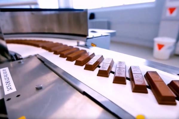 Узнайте, как вафли и шоколад превращаются в батончики
