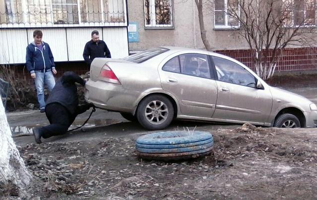 Во дворе на северо-западе Челябинска в коммунальную яму провалился автомобиль