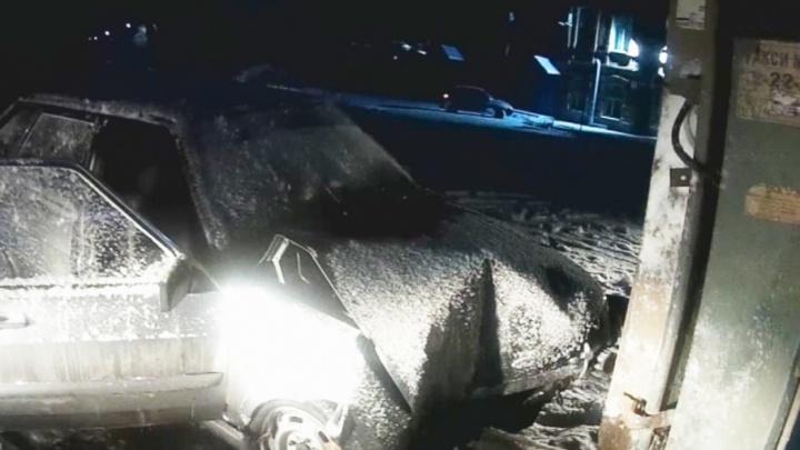 ВАЗ врезался в столб, южноуральца из машины пришлось доставать спасателям