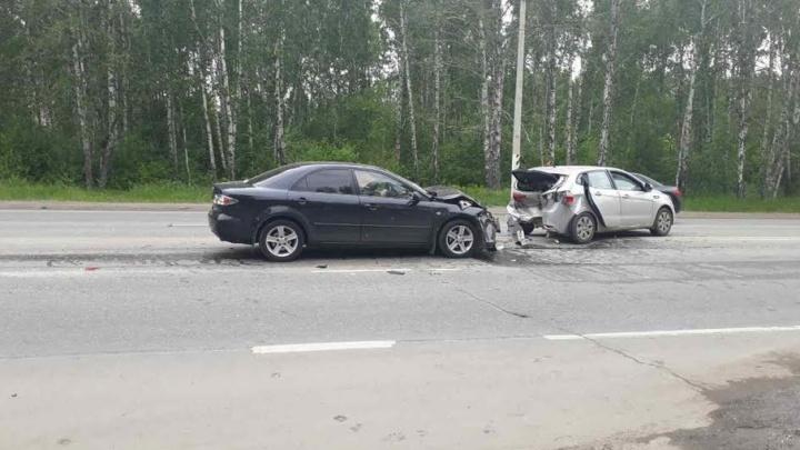 В Челябинске столкнулись две иномарки: трое в больнице