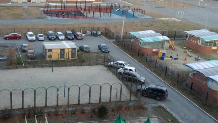 Паркуйтесь правильно: ГИБДД эвакуировала c десяток машин из дворов на Тополиной аллее