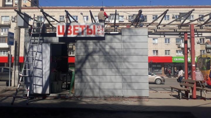На 7-ой Гвардейской в Волгограде начался снос старой остановки с киосками