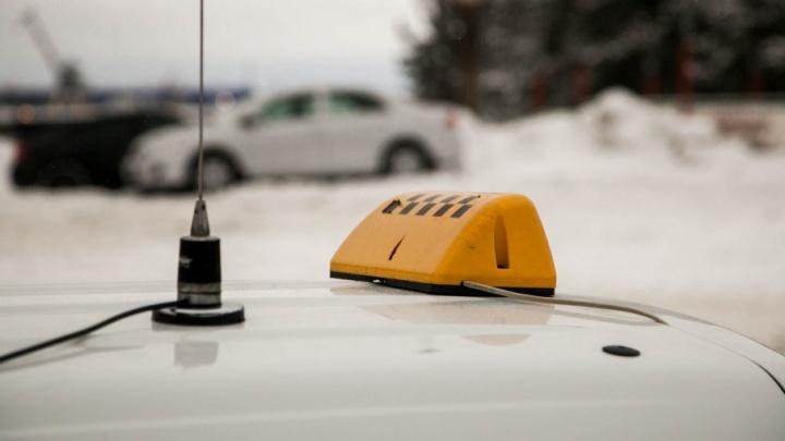 Несколько ударов и сломанный мобильный: ночью в Архангельске пьяный пассажир напал на таксиста