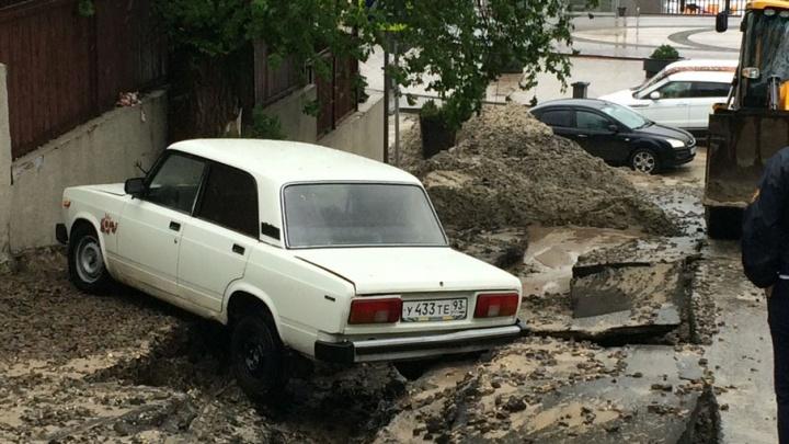 Падающие деревья и «плывущие» улицы: онлайн-трансляция ливня в Ростове