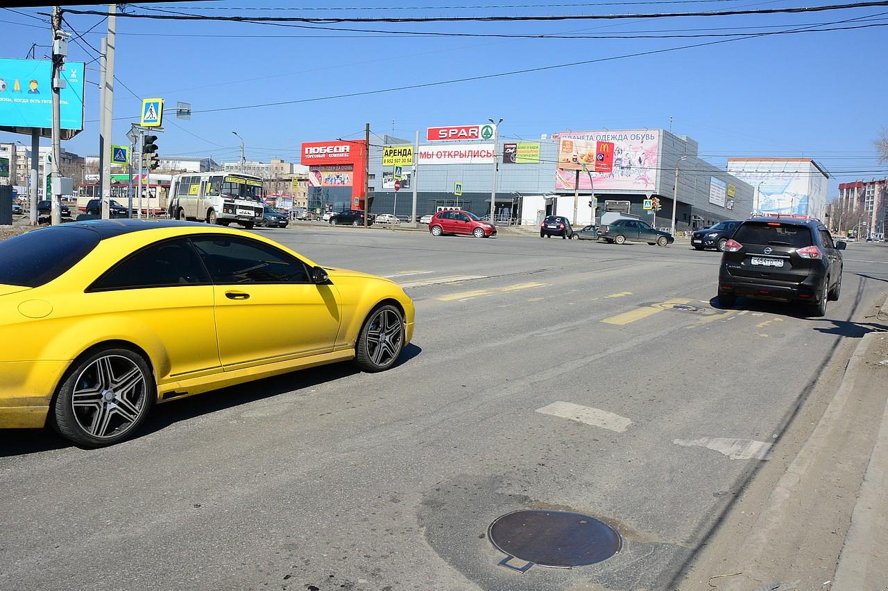 Перекресток Чайковского — Победы: Mercedes и Nissan остановились за стоп-линией в зоне действия камер, но стоит ли обвинять водителей?