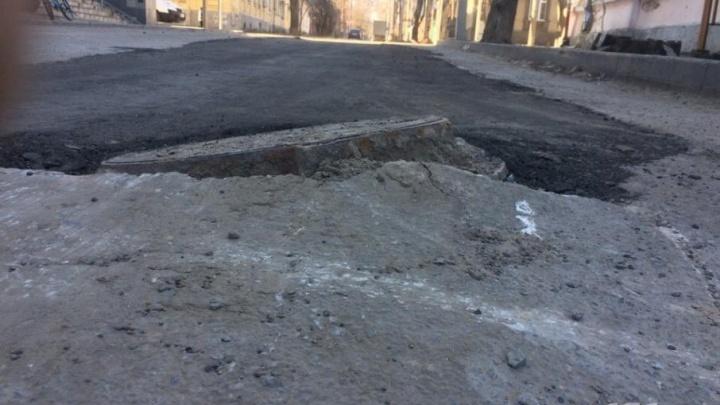 В Ростове залатали гигантскую яму, в которую полностью провалилась машина