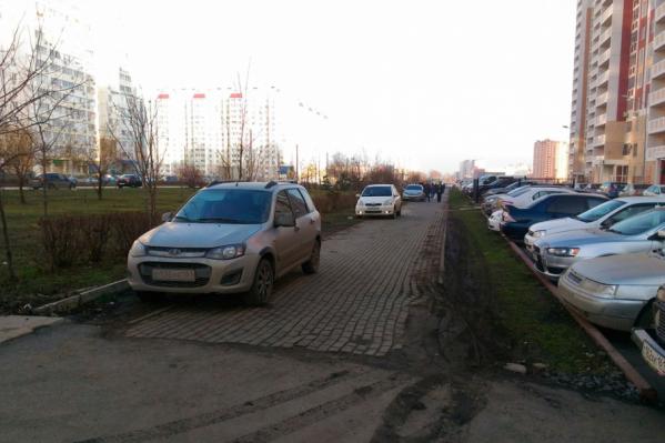 Водители уже несколько месяцев бросают свои машины на тротуаре