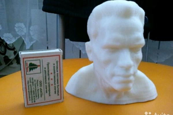 Бюст Шварцнеггера размером чуть больше спичечной коробки
