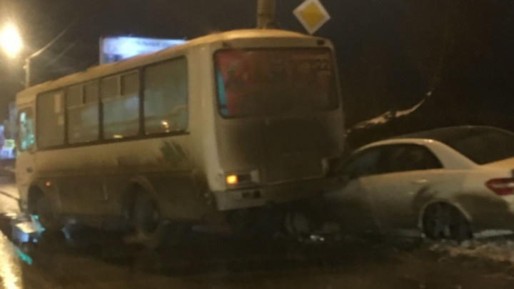Возле Торгового центра в Челябинске Mercedes влетел под маршрутку