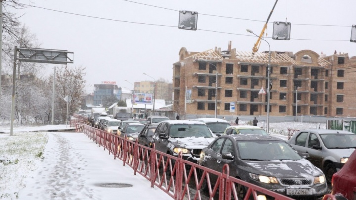 Снежная каша: Ярославль покрылся слякотью и встал в пробки