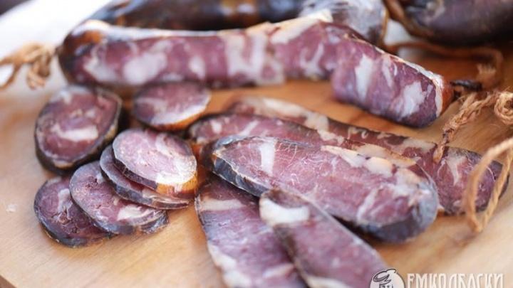 Кукуруза, соя и курица: чем заменяют мясо в колбасе производители