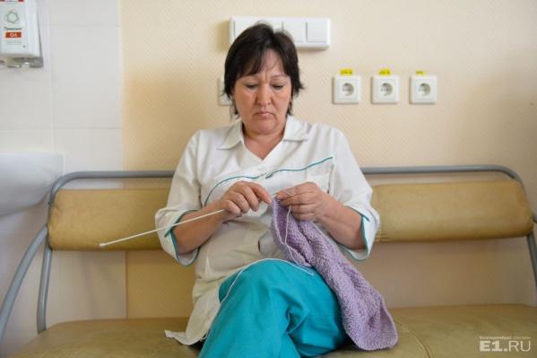 Одеяла и пинетки вяжут врачи и медсёстры Перинатального центра.