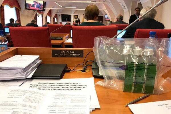 Депутат принес пакет с водорослями на заседание думы