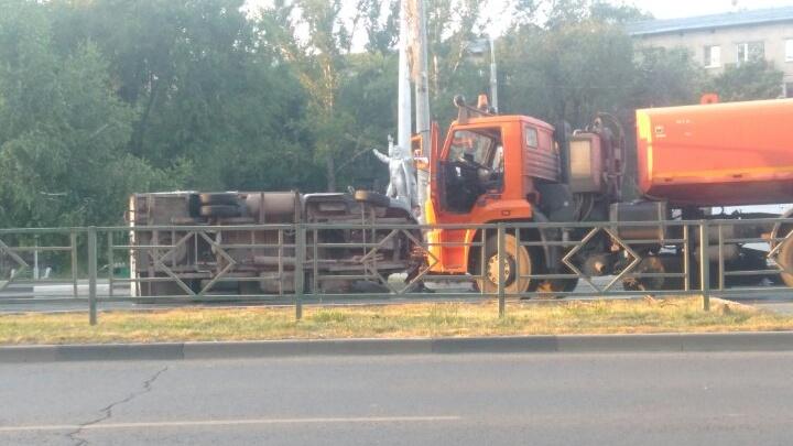 В Самаре на пересечении улиц Победы и Гагарина грузовая «газель» перевернулась на бок