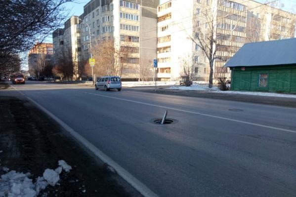 Тот самый открытый люк на Пролетарской, куда угодил автомобилист