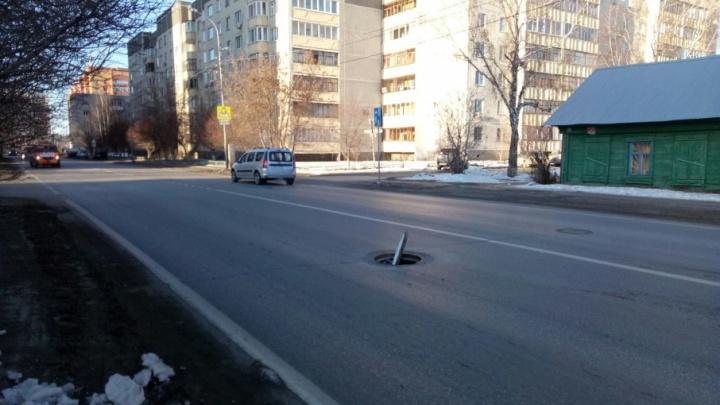 Тюменец угодил в открытый люк на дороге и испортил служебную машину