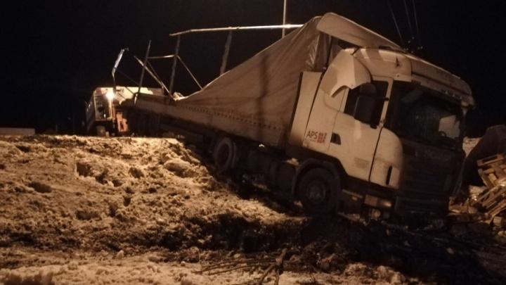Под Самарой перевернулся грузовик с товарами из Белоруссии