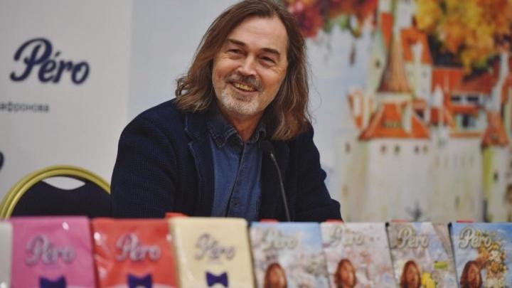 Никас Сафронов пожертвовал средства от продажи салфеток на продвижение ростовской художницы