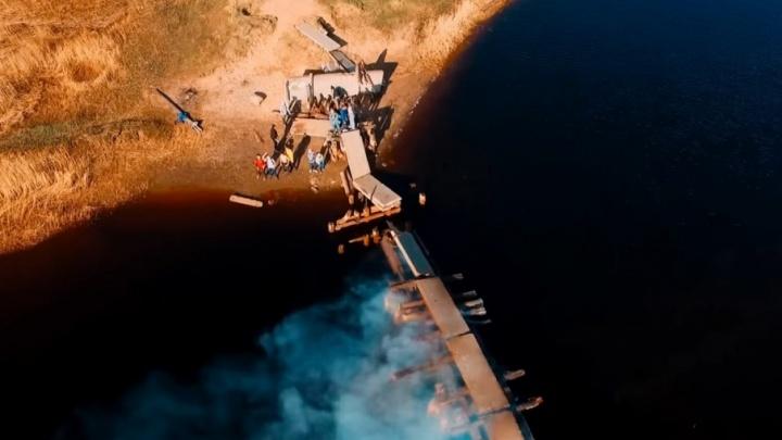 В Северодвинске загорелся мост с находившимся на нем подростком
