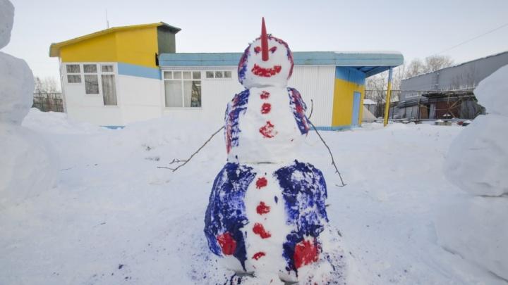 Хоккеисты и загадочные снеговики, которых лепят архангелогородцы