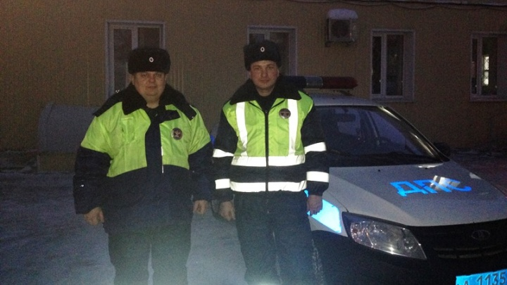 Сотрудники ГИБДД спасли замерзающую девушку на трассе Пермь — Екатеринбург