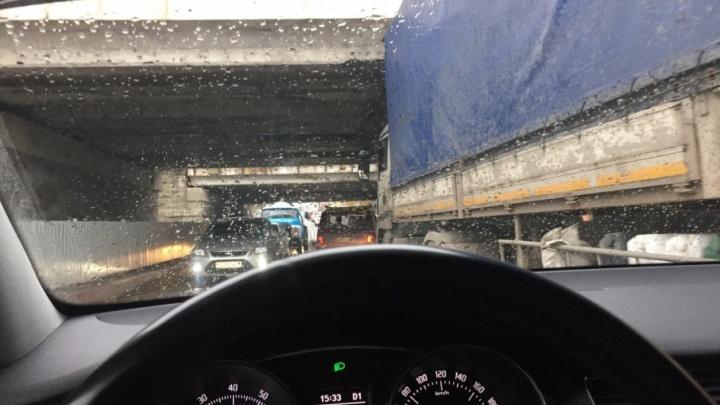 В Волгограде еще один большегруз попал в ловушку под мостом