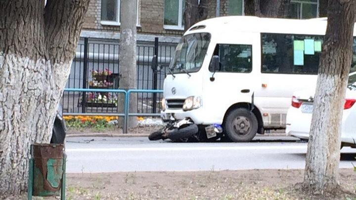 На проспекте Масленникова мотоциклист потерял управление и залетел под автобус Hyundai