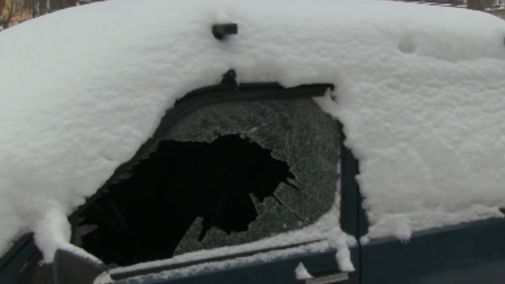 В центре Ярославля парень битой выбил стёкла припаркованным машинам