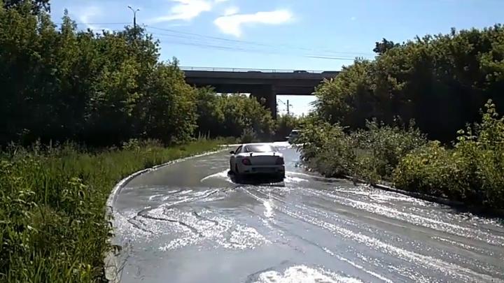 «Оно везде»: Троицкий тракт в Челябинске затопило фекалиями