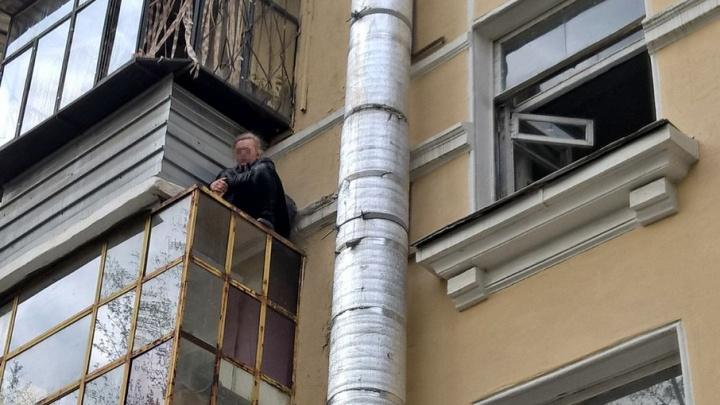 Южноуральские спасатели пришли на помощь женщине, застрявшей на козырьке балкона
