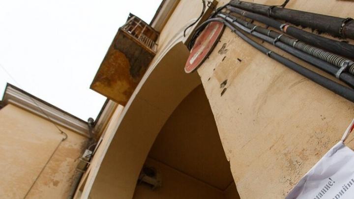 В Котово школьница упала при попытке выбраться из дома через балкон