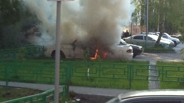 В Тюмени горел автомобиль Волга
