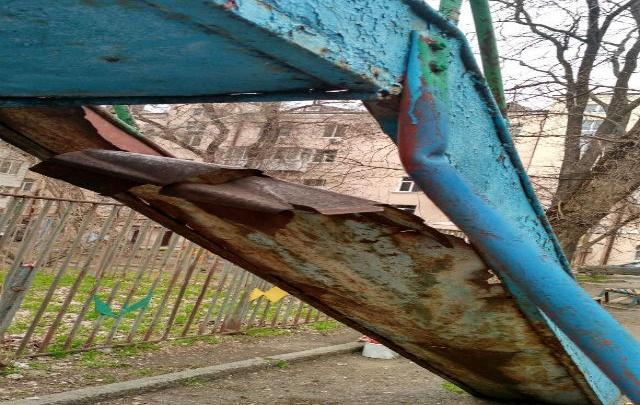 Ростовчане пожаловались на опасную детскую горку на улице Шолохова