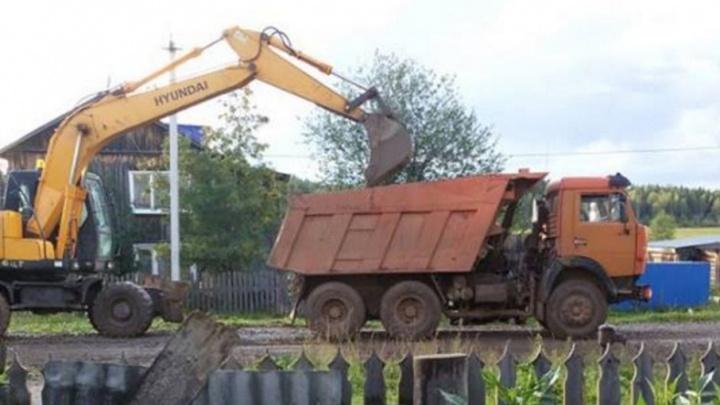 «Мы же не будем работать себе в убыток»: в Кочево жителям сделали дорогу, а потом сняли щебень обратно