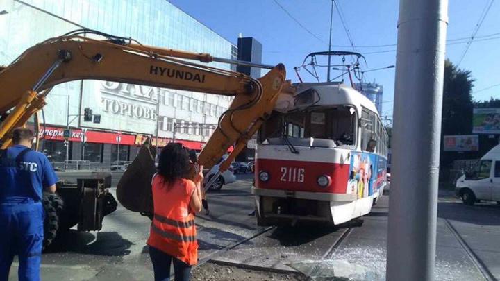 В Самаре на Ново-Садовой экскаватор разбил стрелой кабину трамвая