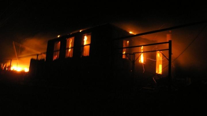 В Иловлинском районе на месте сильного пожара прогремело несколько взрывов
