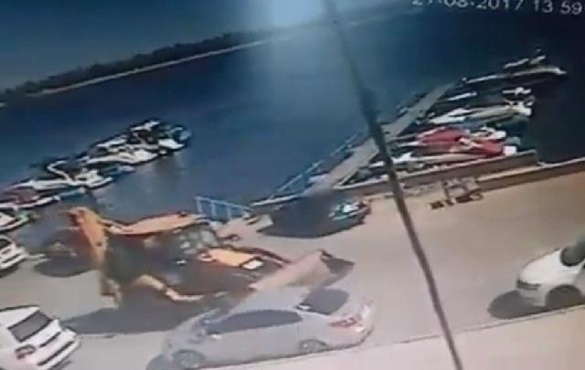 В Волгограде по видео ищут тракториста, протаранившего иномарку