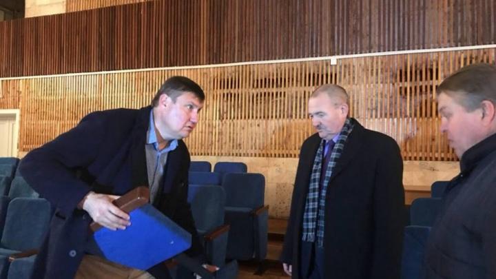 Депутат волгоградской облдумы пытался разломать стулья в районном ДК