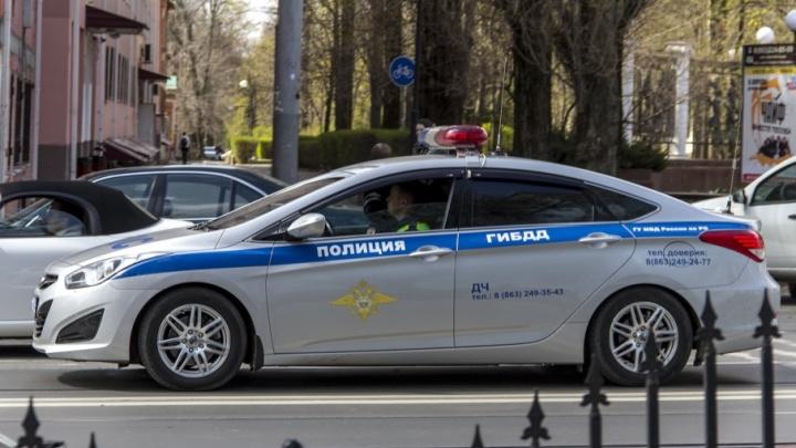 В Ростове Hyundai провалился в яму на дороге