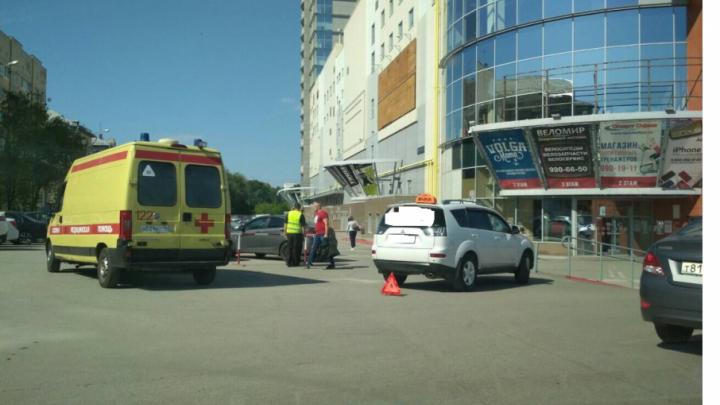 Очевидцы: на парковке у «Вертикали» таксист сбил пожилую женщину