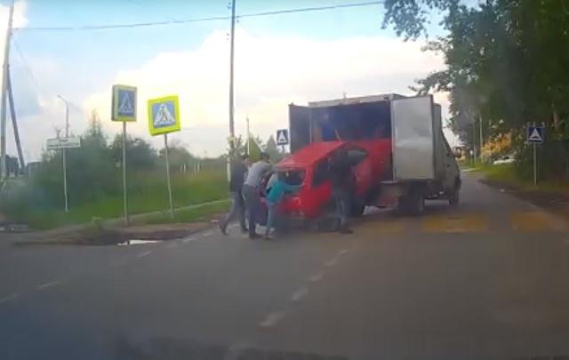 Необычная транспортировка: вместо эвакуатора тюменцы решили использовать «Газель»