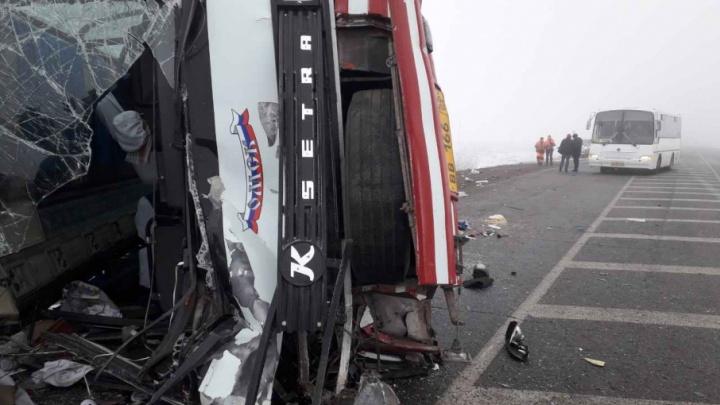 Утром на тюменской трассе столкнулись автобус и фура: пострадали 12 человек, среди них есть дети