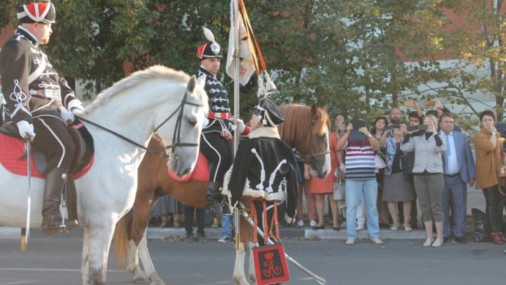 Виват доблести: в Самару привезли точную копию штандарта Александрийского гусарского полка
